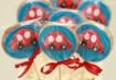 Pirulitinhos de biscoitos glaceados. Inspiração: Cogumellow Fotos:Tati Leme
