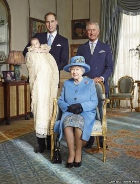 Foto oficial com a rainha Elizabeth II e os três sucessores do trono britânico.