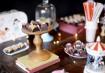 A mesa pdoe estar cheia de objetos garimpados da casa mesmo. Se tiver um brinquedo vintage e um carrossel, perfeito!
