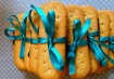 Anota aí essa dica criativa: amarrar biscoitinhos com uma fita colorida. Delicado e muito acessível! Inspiração: Cogumellow / Madame Tutu
