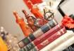 Garrafinhas e livros - que podemos tirar da nossa casa - vão fazer bonito no décor. Inspiração: Cogumellow / Atelier Maria Formiga